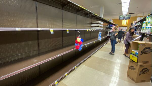 Покупатели у пустых прилавков в супермаркете в Энсинитасе, США - Sputnik Ўзбекистон
