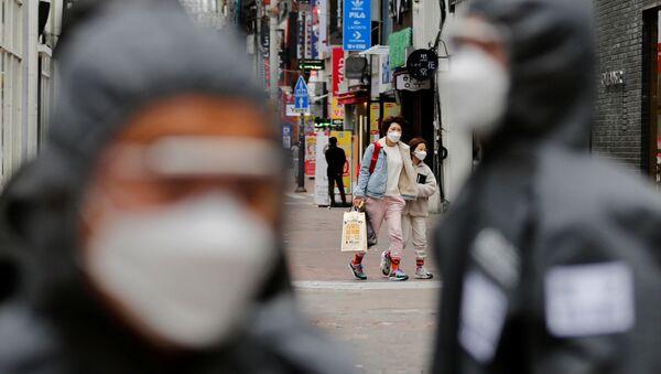 Жители одного из городов Южной Кореи в защитных масках - Sputnik Ўзбекистон