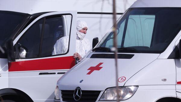 Водитель скорой медицинской помощи возле больницы для пациентов с подозрением на коронавирус - Sputnik Узбекистан