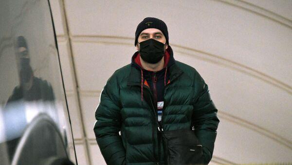 Мужчина в медицинской маске на одной из станций Московского метрополитена. - Sputnik Ўзбекистон