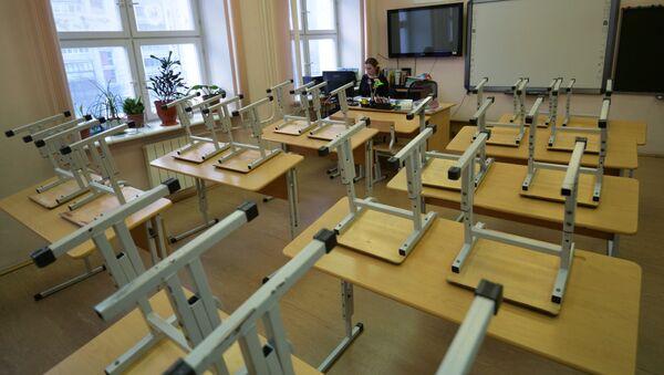 Преподаватель в пустом учебном классе школы - Sputnik Узбекистан