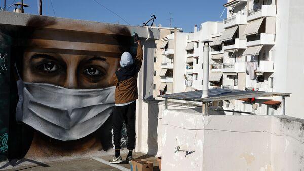 Греческий художник S.F. рисует граффити на тему коронавируса в Афинах - Sputnik Ўзбекистон