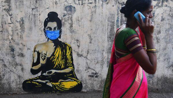 Будда в защитной маске на граффити в Мумбае - Sputnik Ўзбекистон