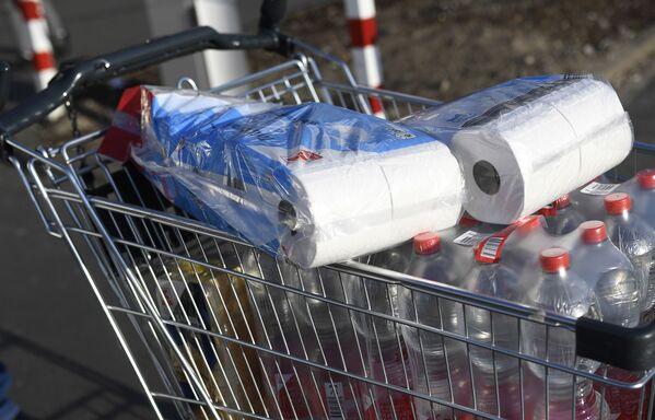 Dortmund supermarketda hojatxona qozogʻi ortilgan aravacha. 16.03.2020. - Sputnik Oʻzbekiston