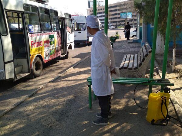 Сотрудник дезинфекионнной службы ждет следующий автобус обработки - Sputnik Ўзбекистон