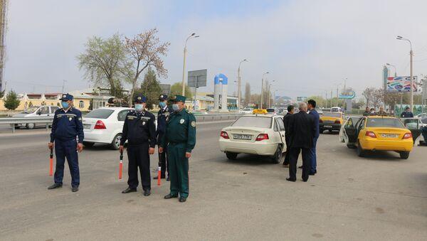 Сотрудники ГУВД осуществляют проверку документов - Sputnik Узбекистан