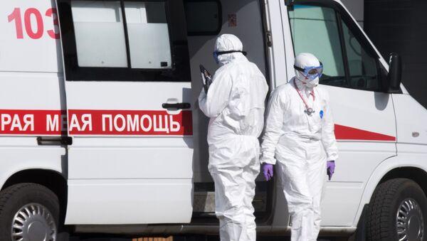 Brigada skoroy meditsinskoy pomoщi vozle bolnitsы dlya patsiyentov s podozreniyem na koronavirus - Sputnik Oʻzbekiston