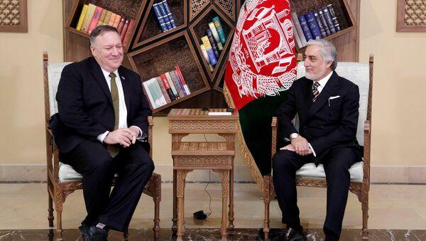 Госсекретарь США Майк Помпео (на фото слева) 23 марта прибыл с необъявленным визитом в столицу Афганистана для встреч с президентом Афганистана Ашрафом Гани и его политическим конкурентом Абдуллой Абдуллой (на фото справа) - Sputnik Ўзбекистон