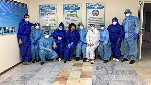 Сотрудники республиканской НИИ  Вирусологии - Sputnik Узбекистан