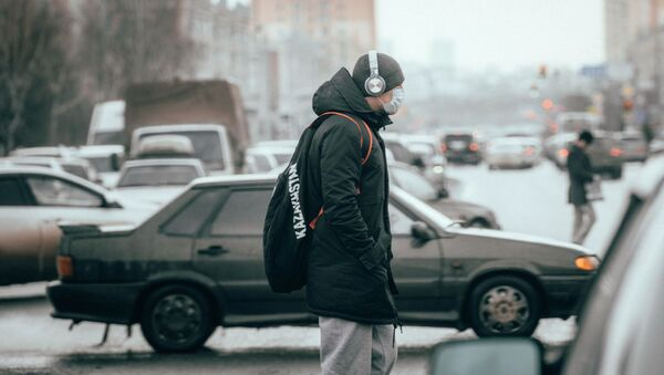 Мужчина в защитной маске на одной из улиц Нур-Султана. - Sputnik Ўзбекистон