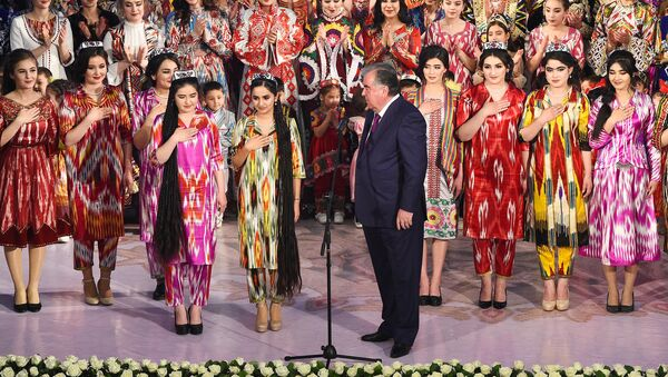 Эмомали Рахмон во Дворце Арбоб принял участие в фестивале Таджикский атлас и адрас-2020 - Sputnik Ўзбекистон