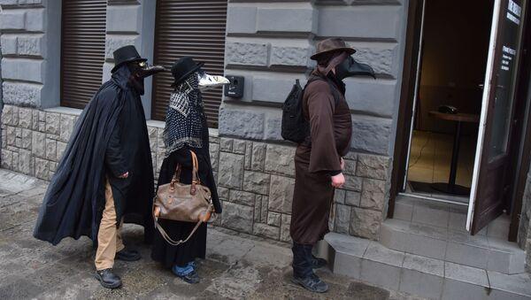 Люди в костюмах чумных докторов на улице Львова - Sputnik Ўзбекистон