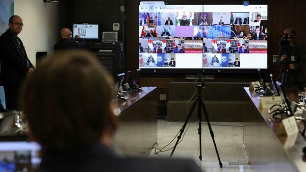 Teleekran na kotorom vidnы liderы stran G20 - Sputnik Oʻzbekiston