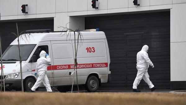 Сотрудники скорой помощи в защитных костюмах на территории больничного комплекса в Коммунарке - Sputnik Ўзбекистон