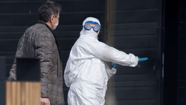Brigada skoroy meditsinskoy pomoщi dostavila patsiyenta s podozreniyem na koronavirus v bolnitsu v Kommunarke - Sputnik Oʻzbekiston