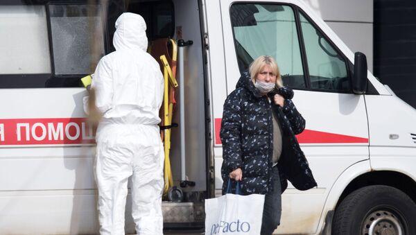 Бригада скорой медицинской помощи доставила пациента с подозрением на коронавирус в больницу в Коммунарке - Sputnik Ўзбекистон