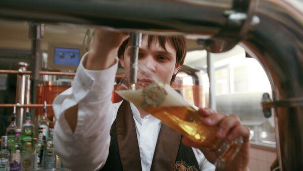 Бармен наливает пиво в стакан - Sputnik Ўзбекистон