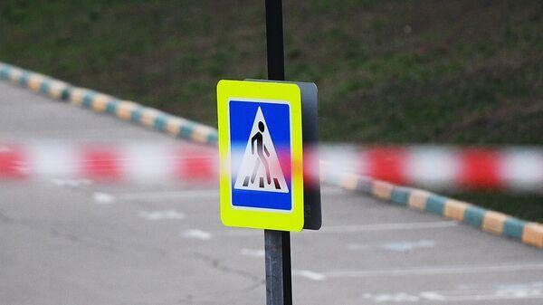 Лента ограждения и знак пешеходного перехода - Sputnik Узбекистан
