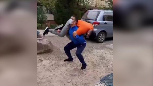 Спортсмены тренируются в условиях домашнего карантина - Sputnik Узбекистан