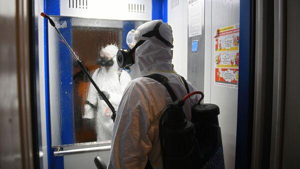 Дезинфекционная обработка лифта в жилом доме - Sputnik Узбекистан