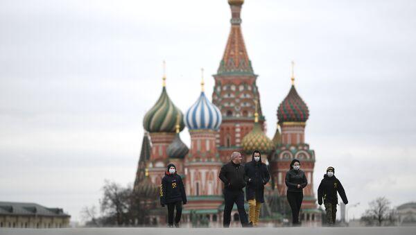 Прохожие в масках на Красной площади в Москве - Sputnik Узбекистан