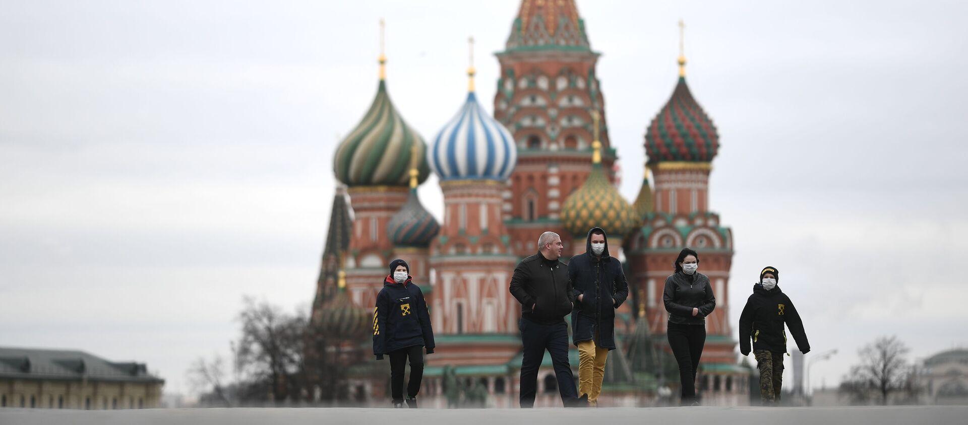 Прохожие в масках на Красной площади в Москве - Sputnik Узбекистан, 1920, 16.08.2020