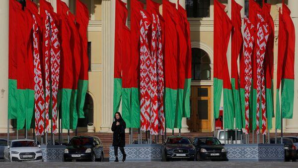 Devushka na fone gosudarstvennыx flagov Belarusi - Sputnik Oʻzbekiston