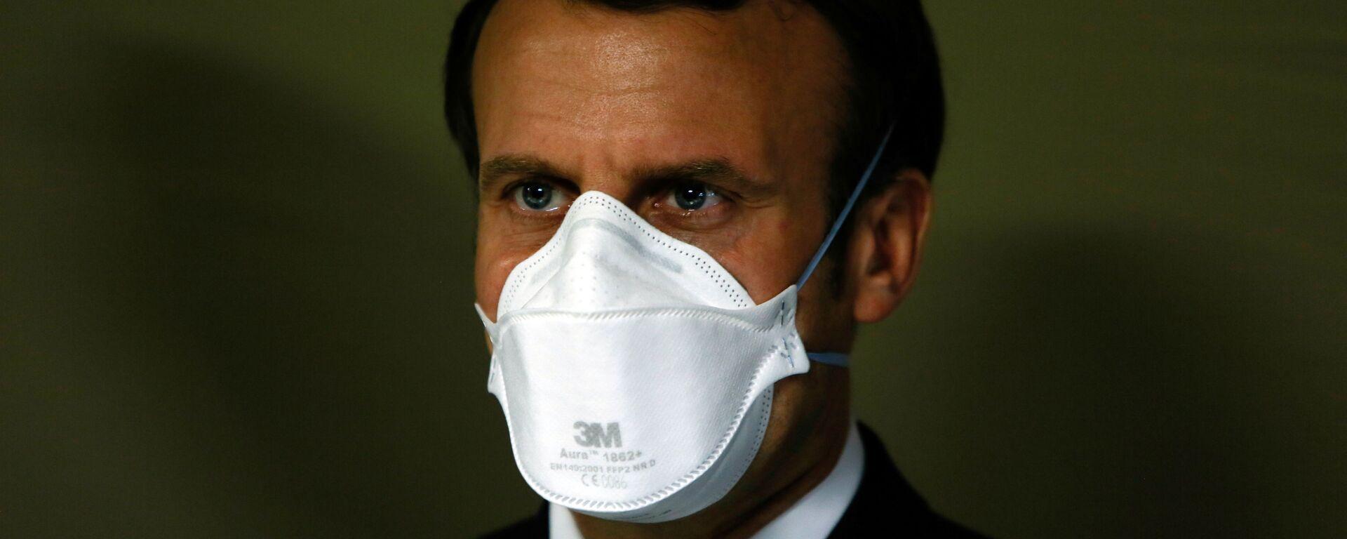 Президент Франции Эммануэль Макрон в медицинской маске - Sputnik Ўзбекистон, 1920, 26.03.2021