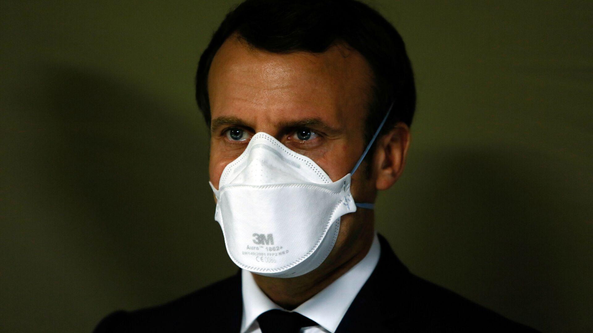 Президент Франции Эммануэль Макрон в медицинской маске - Sputnik Узбекистан, 1920, 12.09.2021