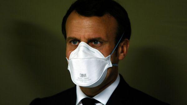 Президент Франции Эммануэль Макрон в медицинской маске - Sputnik Ўзбекистон