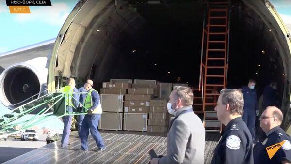 Кадры разгрузки в США российского самолета с медицинским оборудованием - Sputnik Узбекистан