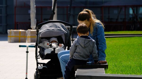 Мама с детьми на прогулке - Sputnik Узбекистан