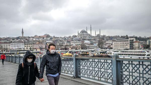 Пара в масках на улице Стамбула, Турция - Sputnik Ўзбекистон