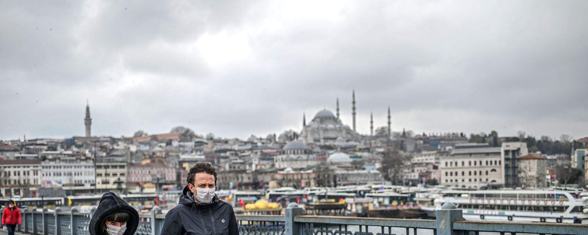 Пара в масках на улице Стамбула, Турция - Sputnik Узбекистан, 1920, 17.04.2020