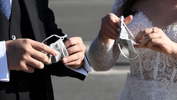 Вьетнамские туристы в свадебных нарядах в Париже  - Sputnik Узбекистан