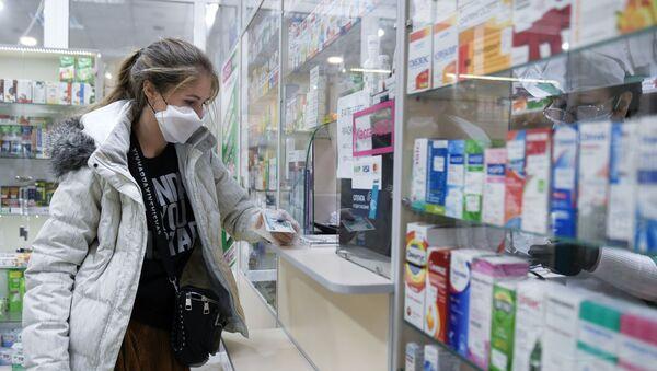 Волонтер покупает необходимые лекарства по списку для пенсионерки - Sputnik Ўзбекистон