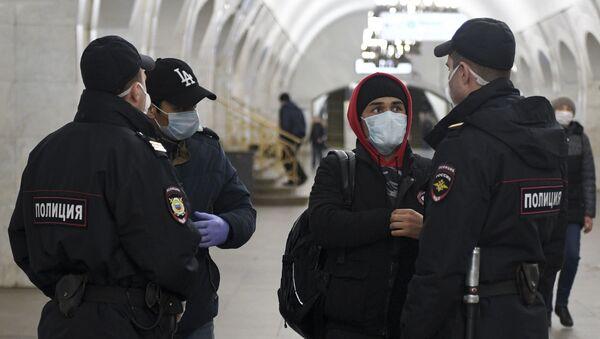 Сотрудники полиции проверяют документы у пассажиров - Sputnik Ўзбекистон