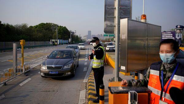 Полицейский на платной скоростной автомагистрали на выезд из Уханя, Китай - Sputnik Ўзбекистон