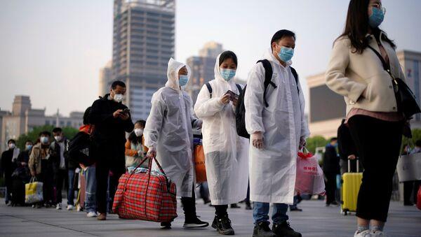 Путешественники в очереди возле железнодорожной станции Ханькоу, Китай - Sputnik Ўзбекистон
