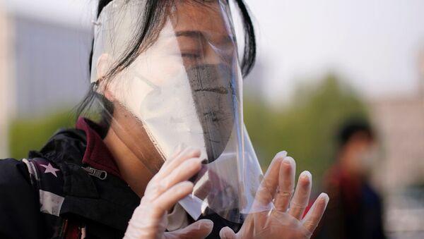 Puteshestvennik v zaщitnoy maske na vokzale Uxanya - Sputnik Oʻzbekiston