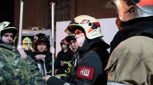 Сотрудники противопожарной службы МЧС РФ во время тушения пожара в пансионате для пожилых людей в Москве. По данным экстренных служб при пожаре погибли четыре человека и шестнадцать человек пострадали - Sputnik Ўзбекистон