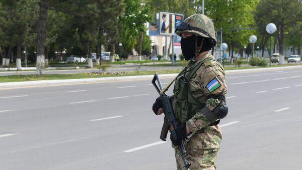 Soldat s avtomatom v odnoy iz ulits Tashkenta - Sputnik Oʻzbekiston