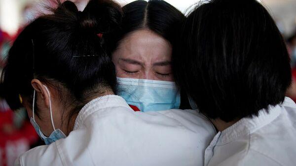 Медицинские работники в международном аэропорту Ухань-Тяньхэ, Китай  - Sputnik Узбекистан