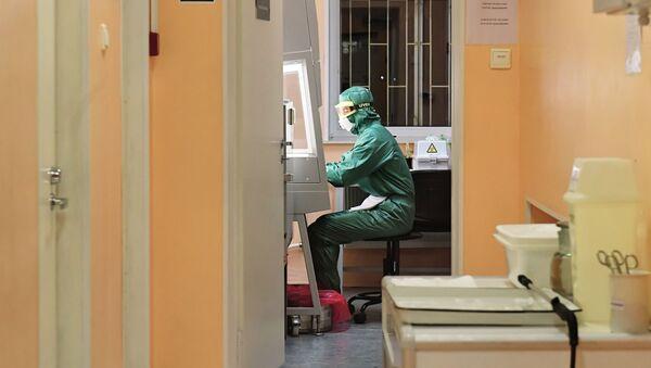 Сотрудник лаборатории во время тестирования проб на коронавирус - Sputnik Ўзбекистон