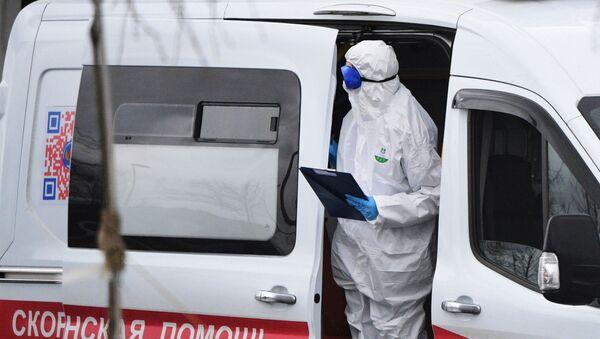 Медик в машине скорой помощи - Sputnik Узбекистан