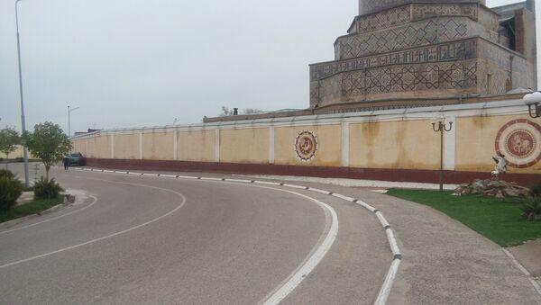 Стена, отделяющая площадь Регистан от старой части города - Sputnik Узбекистан