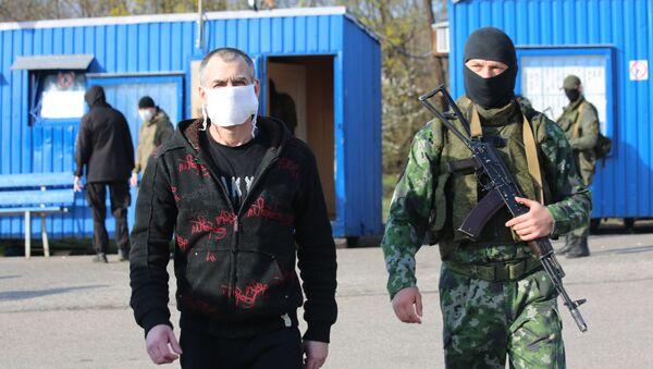 Обмен пленными между ДНР и Киевом на КПП на окраине города Горловка в Донецкой области - Sputnik Узбекистан