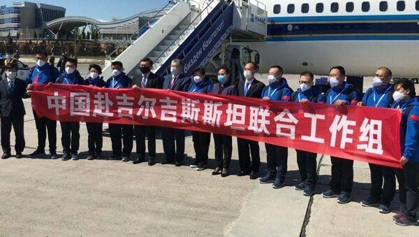 В Кыргызстан прибыла группа медицинских специалистов из Китая   - Sputnik Ўзбекистон