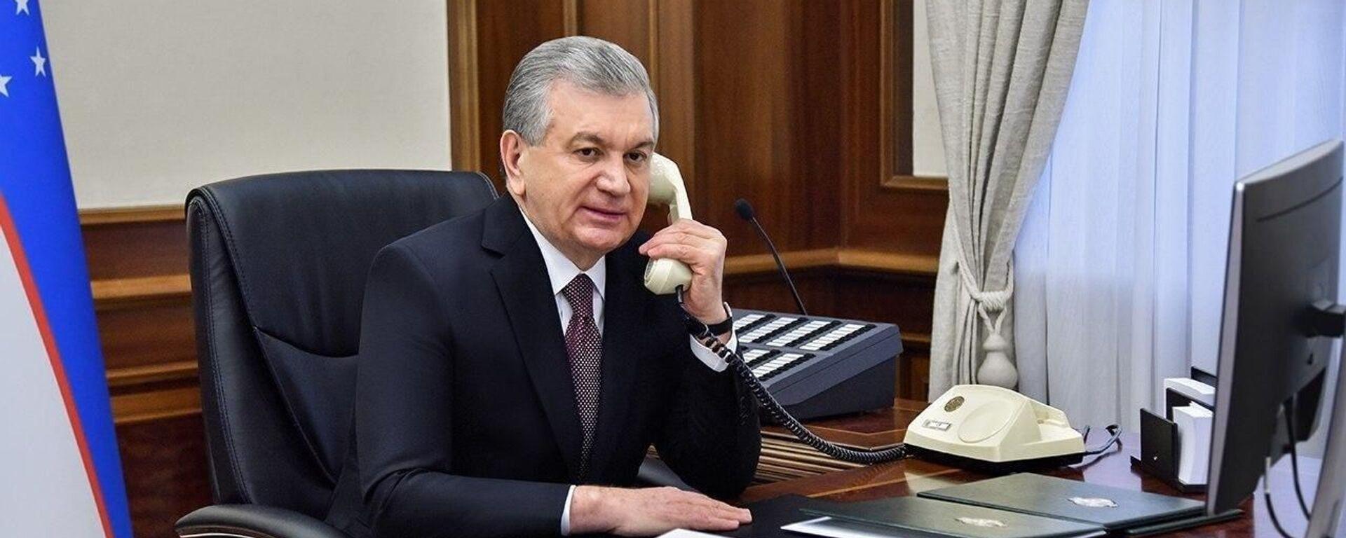 Президент Шавкат Мирзиёев разговаривает по телефону - Sputnik Ўзбекистон, 1920, 18.08.2021