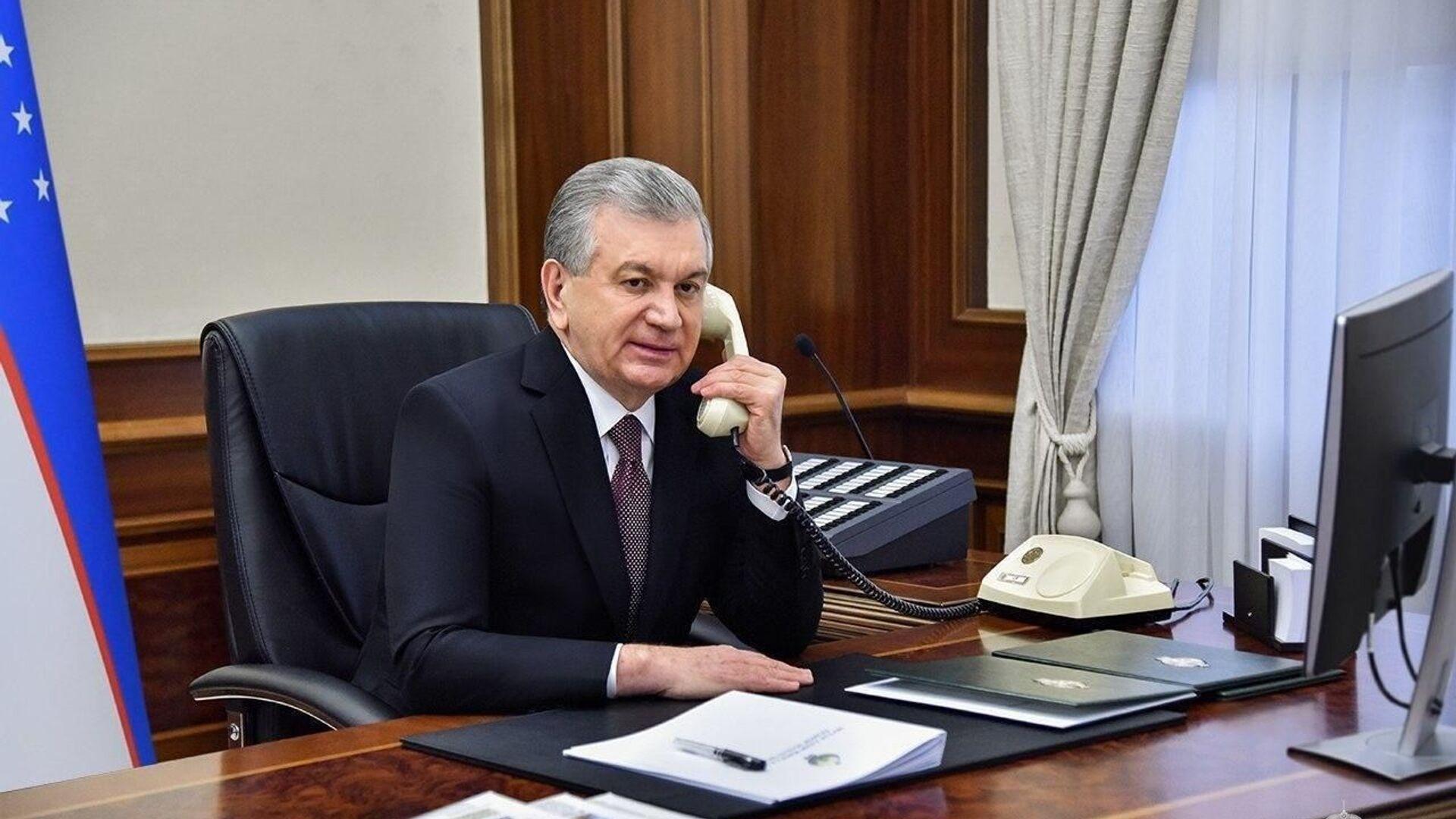 Prezident Shavkat Mirziyoyev razgovarivayet po telefonu - Sputnik Oʻzbekiston, 1920, 18.08.2021
